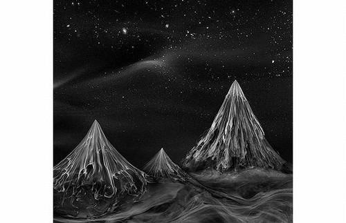 Montanhas e céu estrelado